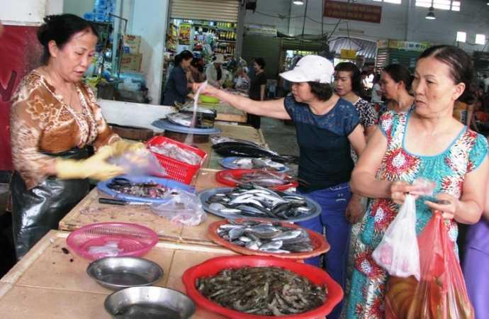 Nhu cầu sử dụng hải sản trên địa bàn Đà Nẵng đã rục rịch tăng sau những ngày ế ẩm.