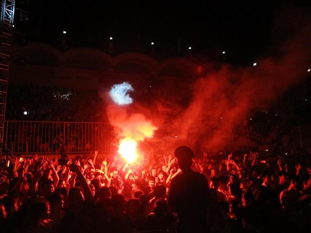 Hàng ngàn người tụ hội tại sân vận động Tự Do để cháy cùng đêm Rock sôi động với nhiều ca nhạc sĩ, DJ nổi tiếng.