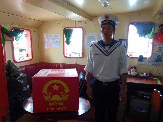 Chiến sĩ hải quân canh gác cẩn mật thùng phiếu đã được niêm phong trên tàu 624 - Ảnh: ĐÔNG HÀ
