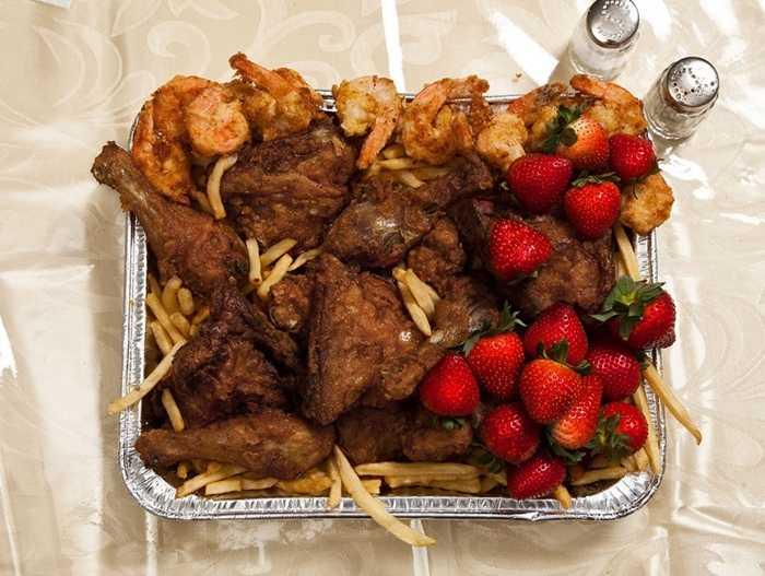 John Wayne Gacy, 52 tuổi, kết tội hiếp dâm và giết 33 người, bị tử hình năm 1994, bữa ăn cuối cùng của hắn là 12 con tôm chiên, gà KFC, khoai tây chiên là 1 kg dâu tây