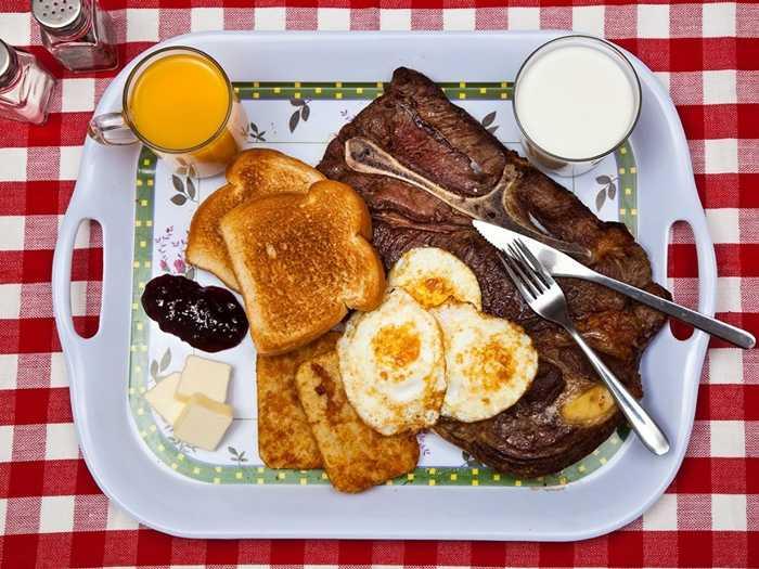 Ted Bundy, 43 tuổi phạm tội hiếp dâm, giết người và trốn tù, bị tử hình năm 1989, bữa ăn cuối cùng của tên tử tù này là bít tết, trứng, bánh mỳ, sữa và nước trái cây