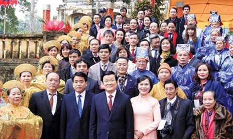 Ngày 31/1/2016, Chủ tịch nước Trương Tấn Sang với kiều bào về thăm quê hương. Ảnh: TTXVN.