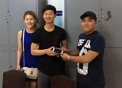 Hiệp sĩ Sin trao lại chiếc điện thoại cho du khách người Hàn Quốc khi bị giật ngoài đường. Ảnh: AS