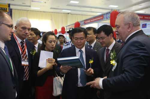 Phó Thủ tướng Vương Đình Huệ trao đổi với đại diện DN Hàn Quốc tham gia hội chợ