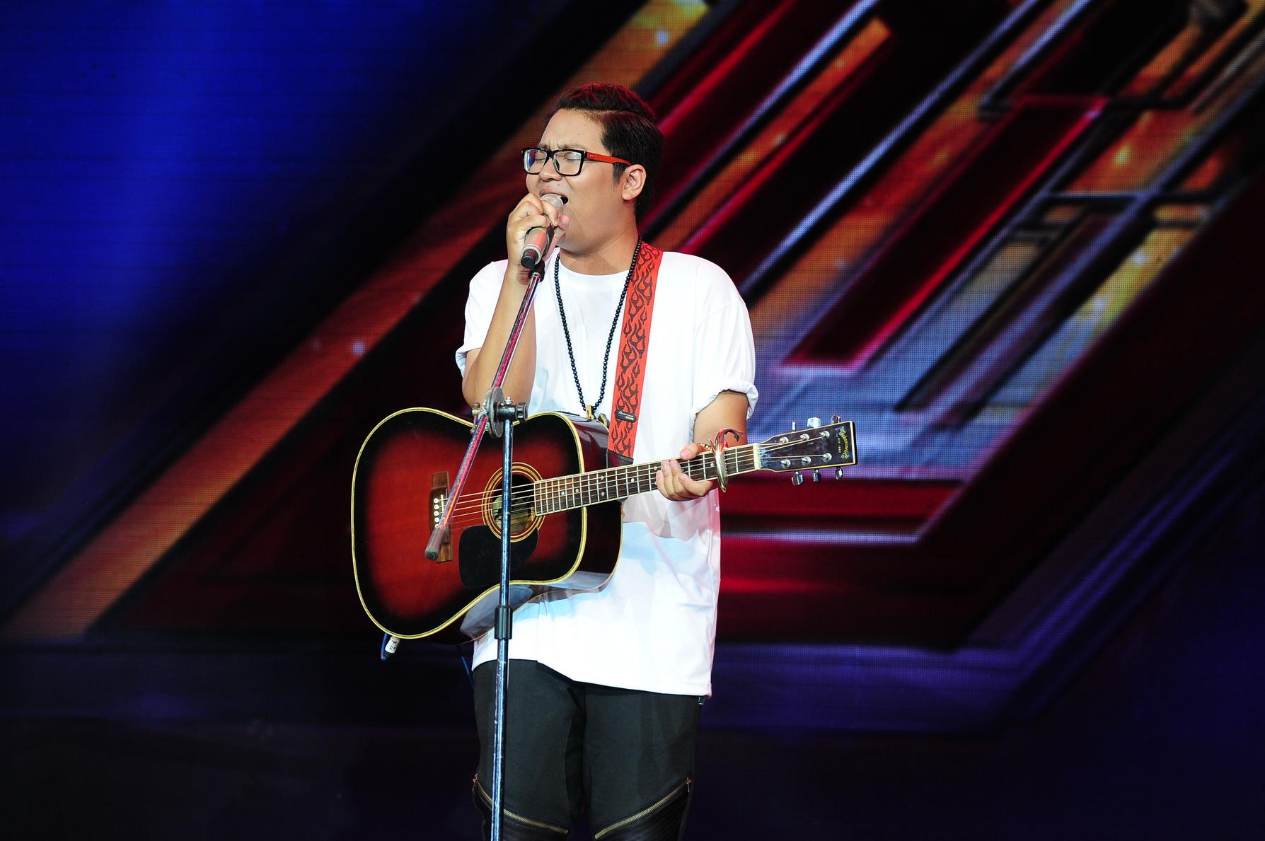 Thí sinh trình diễn đầu tiên: Trương Phước Lộc, anh mang đến một ca khúc do chính mình sáng tác: Hò líu xàng xê.