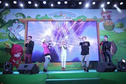 Nam ca sỹ trình diễn cùng nhóm FB Boiz ca khúc Only U cực kỳ sôi động