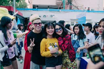 Hoàng Tôn - Hòa Minzy chụp ảnh cùng fans