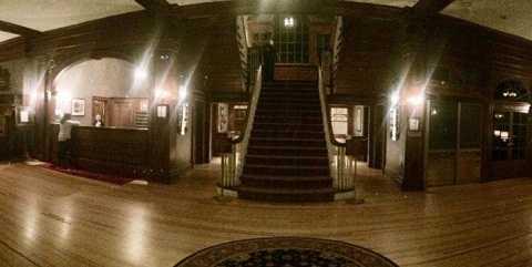 Trước khi xem bức ảnh, du khách không phát hiện bất cứ thứ gì kỳ dị trên cầu thang. Ảnh Dailystar