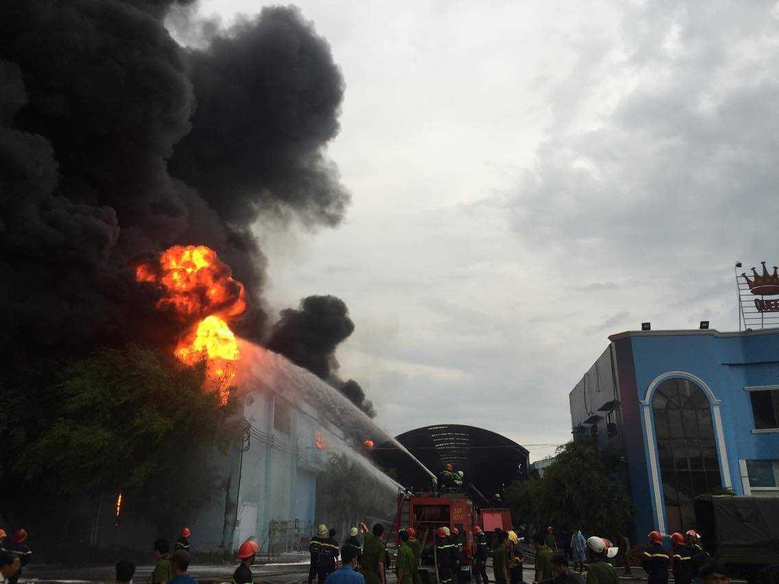 Hơn 30 chiến sĩ, 36 xe cứu hỏa từ các quận, huyện đã được huy động để phối hợp dập tắt ngọn lửa