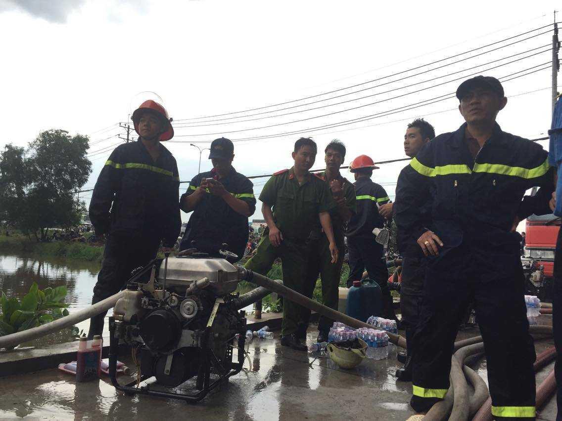 Nước được đội cứu hộ lấy từ những con kênh gần đó. Công tác cứu hộ được diễn ra khẩn trương. Nhiều chiến sĩ chữa cháy từ lúc gần 2h trưa đã có dấu hiệu mệt lả phải xối nước lên đầu để lấy sức tiếp tục chữa cháy