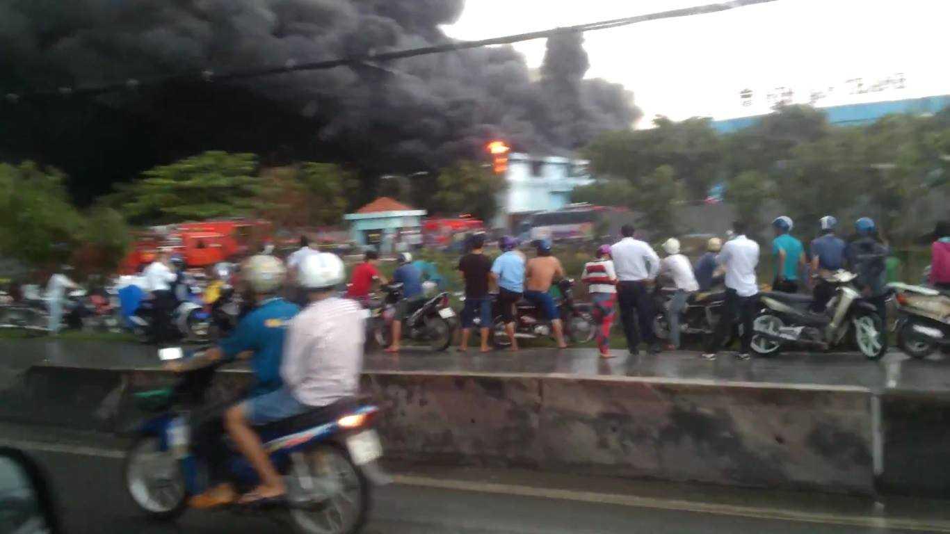 đám cháy khủng khiếp, nhiều người dân qua đường hiếu kì đã dừng lại xem