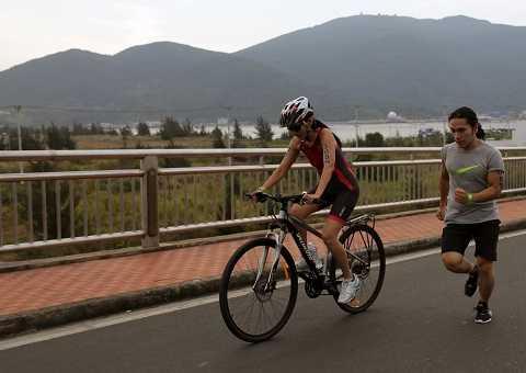 6.Trong ngày, Hoa Nguyễn và Hoàng Lê Giang đã bước vào luyện tập trên đường đua thật, kéo dài từ khách sạn Hyatt Regency đến hết vịnh Đà Nẵng