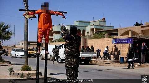 IS treo hai tù nhân lên cọc trước khi nã súng hành quyết
