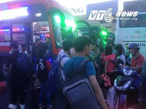 Khách du lịch tập trung đổ xô về bến xe Miền Đông để nghỉ lễ