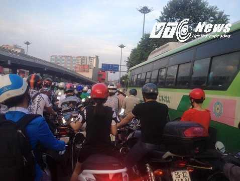 Nhiều xe khách chen lấn gây nên tình trạng ách tắc giao thông