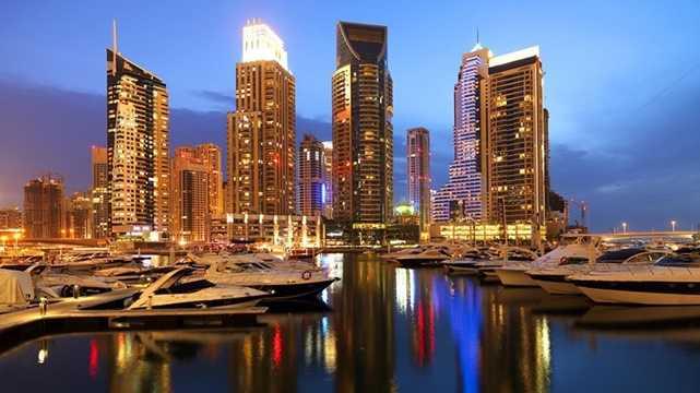 Dubai Marina là bến du thuyền được đầu tư trong dự án khoảng 10 tỷ USD, nhằm tạo ra một thành phố kênh đào nhân tạo với những khu vui chơi, mua sắm, nhà hàng và nhiều ngôi nhà cao ngất trời, đẹp lung linh vây quanh bến du thuyền này.