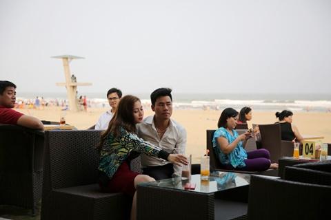 Sầm Sơn giờ không chỉ thu hút du khách thập phương mà còn là điểm đi chơi trong ngày của giới trẻ thành phố Thanh Hóa.
