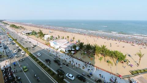 Đường Hồ Xuân Hương được mở rộng cả lòng đường và vỉa hè, tạo không gian thông thoáng cho thị xã du lịch sầm uất Sầm Sơn