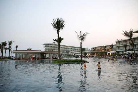 Điểm nhấn trong diện mạo mới thị xã Sầm Sơn là Quần thể du lịch nghỉ dưỡng sinh thái FLC Sầm Sơn, nằm ở cuối đường Hồ Xuân Hương