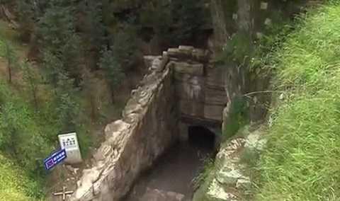 Lối vào của hang động không có gì đặc sắc. (Ảnh Express)