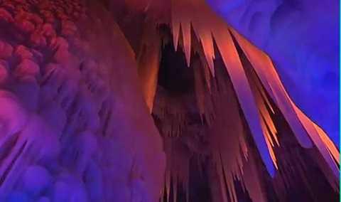 hang động được thiết kế với 200 bóng đèn màu sắc khác nhau khiến tổng thể cảnh quan hài hòa ấn tượng.(Ảnh Express)