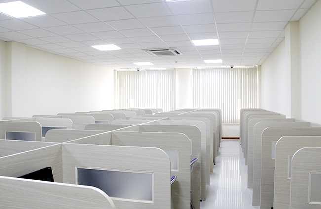 Hình ảnh tại một phòng thi  thuộc Trung tâm Khảo thí, Đại học Quốc gia Hà Nội với cơ sở vật chất khang trang đã sẵn sàng cho kỳ thi