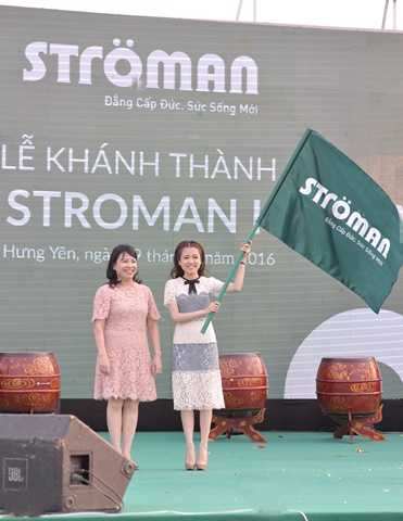 Chủ tịch HĐQT Tập đoàn Tân Á Đại Thành, bà Nguyễn Thị Mai Phương trao lá cờ Stroman cho Tân Tổng giám đốc Công ty CP Nhựa Stroman Việt Nam, bà Nguyễn Phương Anh