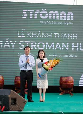 Ông Đỗ Thắng Hải - Thứ trưởng Bộ Công Thương tặng hoa chúc mừng TGĐ Nguyễn Phương Anh trong sự kiện Khánh thành Nhà máy Strman Hưng Yên