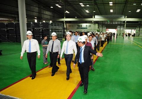 Ông Chu Văn Yêm - Phó chủ nhiệm VP Chủ tịch nước dẫn đầu đoàn đại biểu đi thăm quan Nhà máy Ống nhựa Stroman Hưng Yên