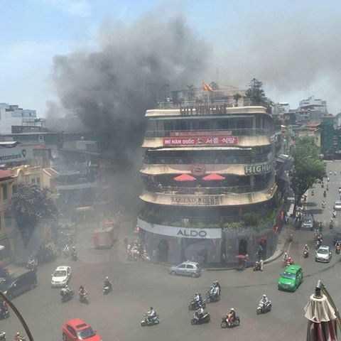 Khói bốc lên gần tòa nhà Hàm cá mập khiến nhiều người nghĩ tòa nhà này bị cháy. Ảnh: Lê Minh Sơn/Vietnam+