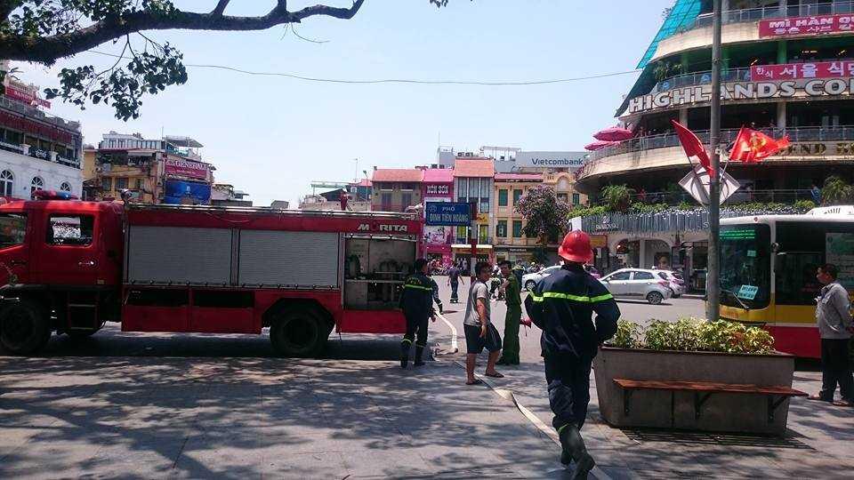 4 xe cứu hỏa đã nhanh chóng có mặt. Khoảng 13h đám cháy cơ bản được dập tắt.