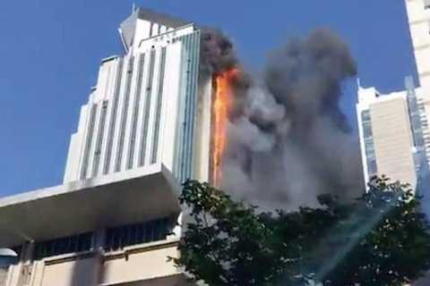 Cột khói năm về một bên của tòa nhà và cao gần 150 m.