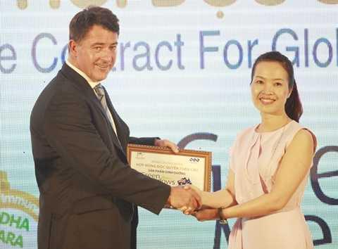 Ông Macdonal đại diện CDI trao chứng nhận phân phối độc quyền toàn cầu cho bà Trần Thị My Lan - Thành viên Hội đồng quản trị KLF