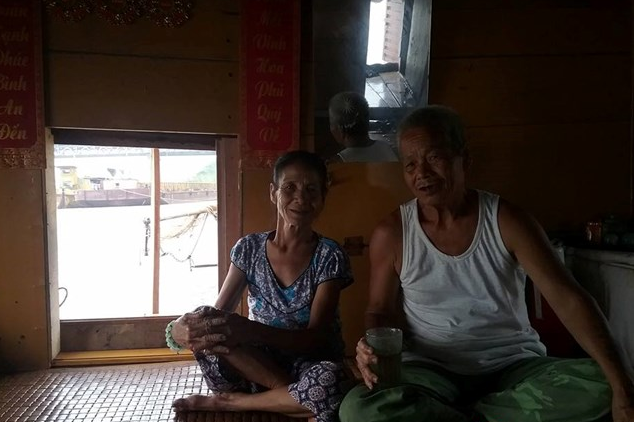 Vợ chồng ông Thành tâm sự về nghề vớt xác ở trên sông Hồng - Ảnh Infonet