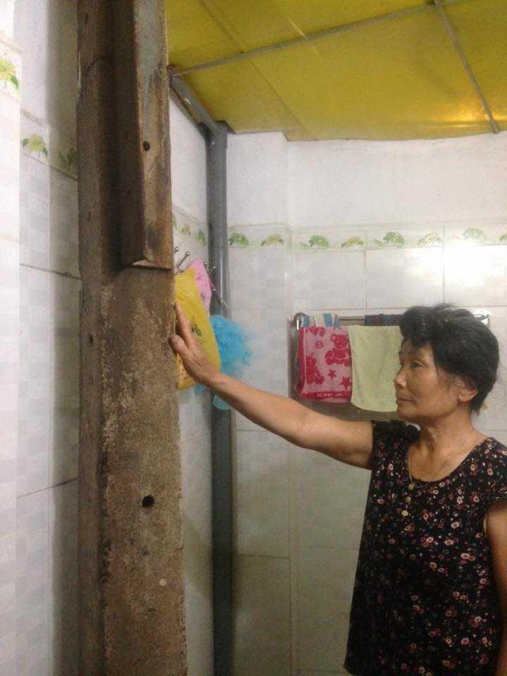 Cột thông tin nằm trong nhà tắm bà Nhô Thị Thoi