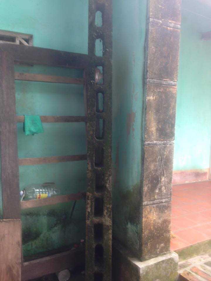 Cột thông tin nằm trong nhà bà Phạm Thị Hoạch