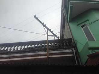 Đường dây thông tin đi qua nhà khiến cho việc sửa sang, cơi nới nhà của những người dân này là không thể
