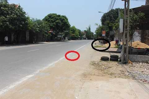 Đoạn đường nơi xảy ra vụ tai nạn. Khu vực khoanh trong màu đen là nơi 5 nạn nhân đứng, khu vực vòng tròn đỏ là vệt máu của nạn nhân bị đầy khoảng 15m và tử vong tại chỗ.