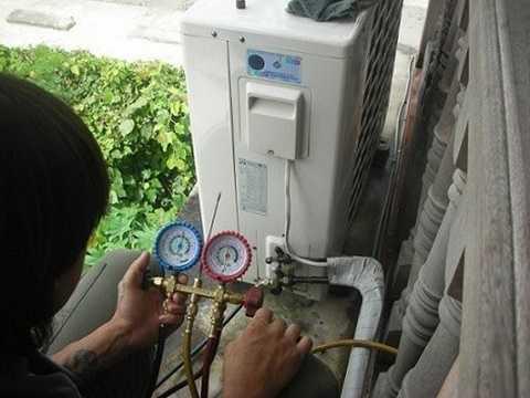 Theo anh Thuyết, trong trường hợp bị thợ sửa chữa báo điều hòa hết gas, bạn nên chú ý kiểm tra những điểm sau: Nếu bị xì hết gas hoặc nếu bị thiếu gas thì máy sẽ kém lạnh, có hiện tượng bám tuyết ngay van ống nhỏ của dàn nóng. Dòng điện hoạt động thấp hơn dòng định mức ghi trên máy. Trong một số máy điều hòa không khí, khi bị thiếu gas board điều khiển sẽ tự động tắt máy sau khoảng 5-10 phút và báo lỗi trên dàn lạnh.
