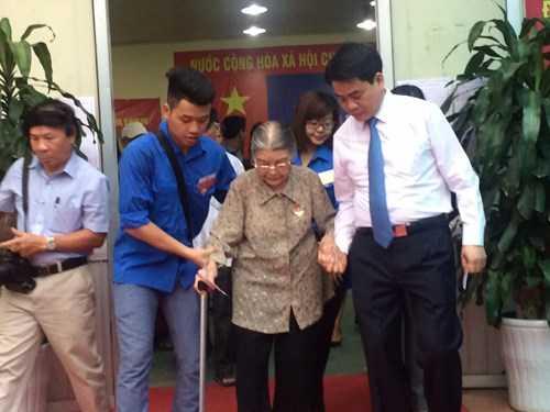 Chủ tịch UBND thành phố Hà Nội và các tình nguyên viên hỗ trợ cử tri cao tuổi tại khu vực bỏ phiếu