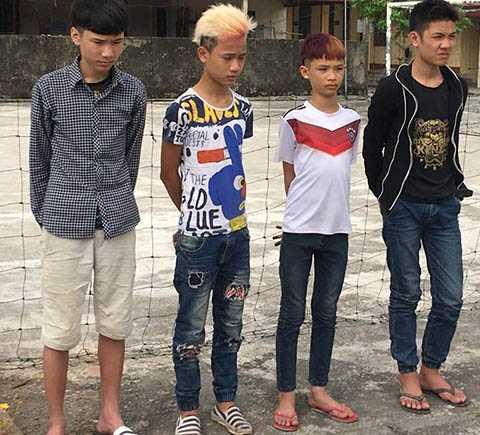 4 thanh thiếu niên có hành vi ném đã vào xe ô tô trên cao tốc Hà Nội - Hải Phòng vừa bị cơ quan công an bắt giữ - Ảnh Công an huyện Bình  Giang cung cấp