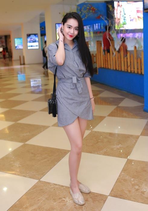 Yêu nữ hàng hiệu Vũ Hạnh Nguyên diện mốt giấu quần khoe cặp chân dài miên man.