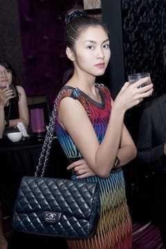 Hà Tăng rất yêu thích túi xách của Chanel. Chiếc túi này của cô có giá khoảng 110 triệu đồng.