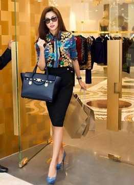 Túi Versace hơn 50 triệu đồng có phom dáng đơn giản nhưng thanh lịch.