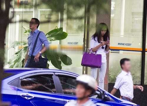 Bộ sưu tập hàng hiệu của Hà Tăng không thể thiếu chiếc túi Parada to bản màu đen với giá gần 60 triệu đồng.
