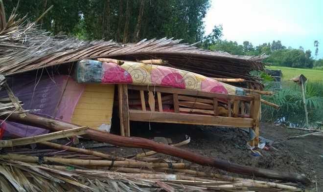 Nhiều nhà bị sập và tốc mái trong mưa chuyển mùa ở huyện Gò Quao, Kiên Giang. Ảnh: Nhật Tân