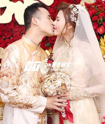 Hai vợ chồng hôn nhau say đắm sau khi làm lễ