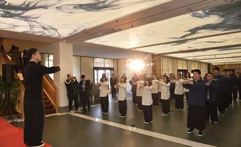 Anh dạy Thái Cực Thiền để mọi người cùng rèn luyện sức khỏe.
