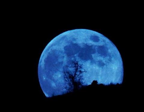 Lời đồn cho rằng Trăng xanh xuất hiện do quỹ đạo của một số hành tinh bị đảo lộn.
