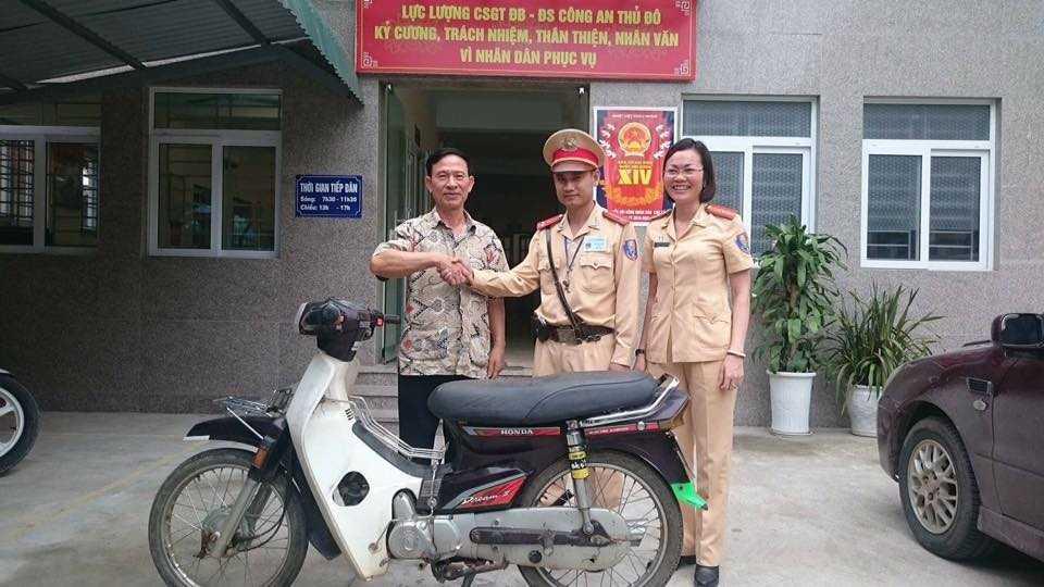 Ông Đáng nhận lại xe của mình tại trụ sở Đội CSGT số 15.
